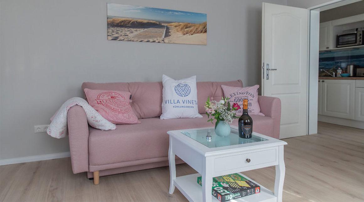 Kormoran-Ferienwohnung-Wohnbereich-couch-vorn-villa-vineta